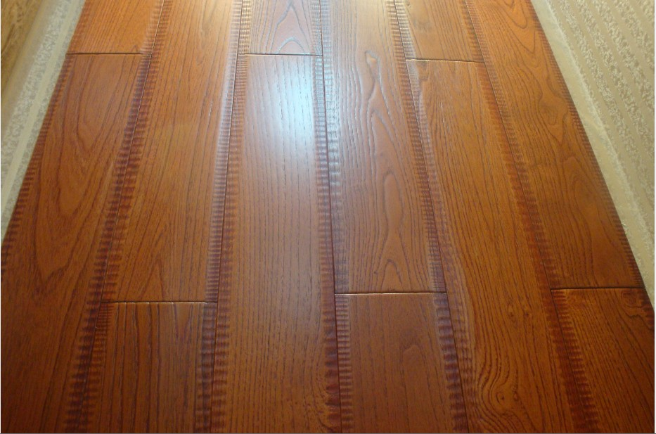 美国德拉克以自有工厂为基础,凭借十多年木地板市场的深入研究,国内外客户的需求的精准了解,强大的产品设计研发及生产能力,进出口品牌运营的背景,与众多一线品牌合作研发等优势,我们致于力提供整套地板解决方案。德拉克不仅提供的是地板本身,更是对客户家装工装等设计方案兴趣爱好等方面出发,为客户提供的是最佳地板解决方案。全方位以客户为本位的理念,打破了传统市场,店里有什么,客人在店里按产品选择局限。德拉克如量体裁衣般,可以根据客人对整体装修风格和装修环境的要求,在客户的预算范围内提供花色、材质、工艺等全方面的地板解决