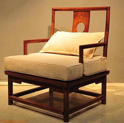 红木家具泛指全部优质木材,其中包含紫檀和黄花梨等贵重木材.