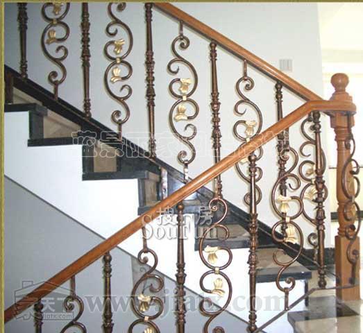 铁艺楼梯的养护技巧 铁艺楼梯 的花纹精美、款式繁多、轻巧耐用,而且又便于拆装和折叠,不管是喜欢欧式 风格还是现代简约风格亦或是乡村田园风等的人们,铁艺楼梯都能满足我们的需求。铁 艺楼梯是一种艺术的产物,但是楼梯也是需要保养才能一直如此的光鲜亮丽长长久 久的,所以这里狄姆斯为大家提供了 个小技巧,教你怎样保养铁艺楼梯。 、防水防潮减少日晒 潮湿和水分都容易腐蚀铁艺楼梯,单楼梯的表面沾上水滴时,建议及时擦干。并且 铁艺楼梯的周围环境也建议保持干燥,最好是远离加湿器或是晾晒湿衣服;同时避免阳 光强烈照射,导