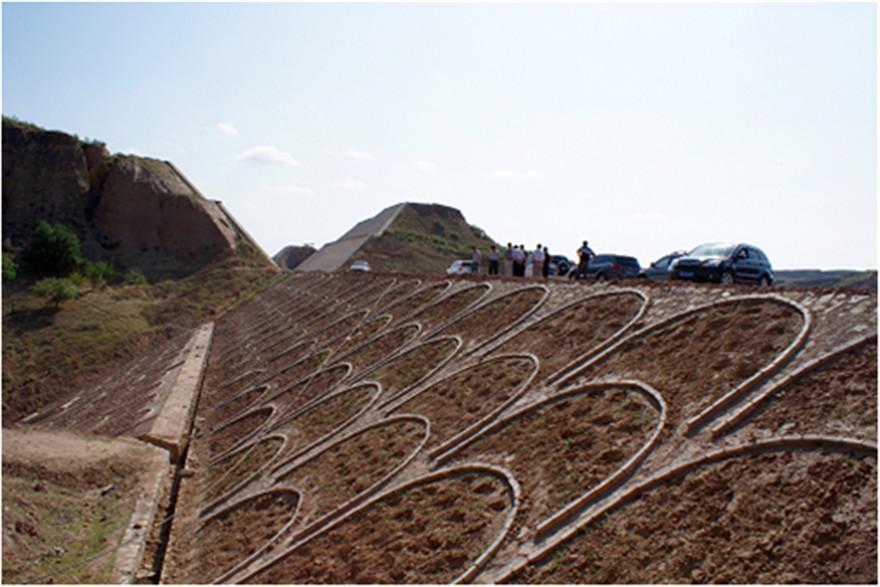 2路基边坡防护施工放样:开工前,根据设计图要求进行放样,定出坡脚位置