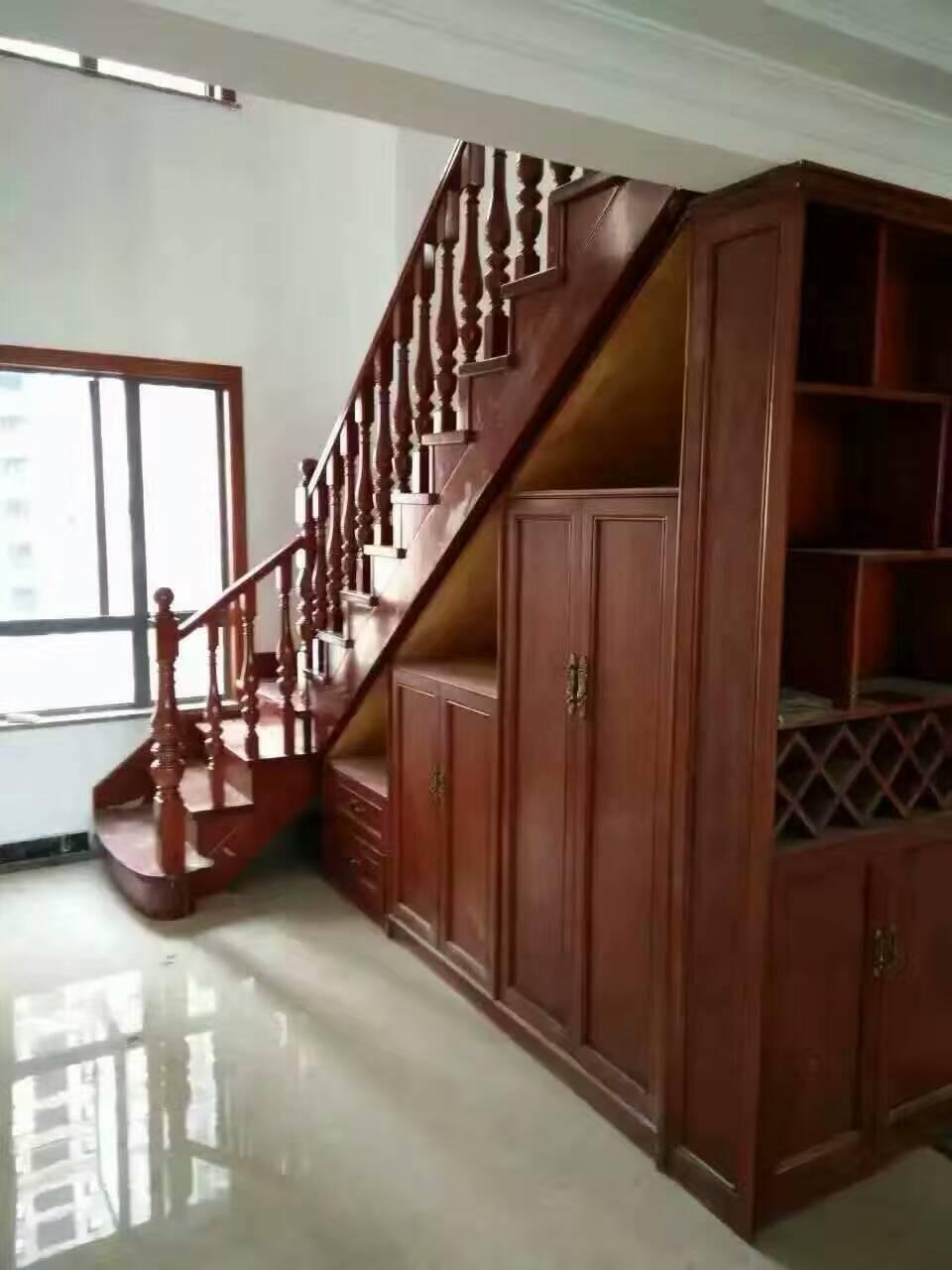 楼梯柱子         木雕花板形式多样,浅浮雕,深浮雕,透雕,圆雕都有