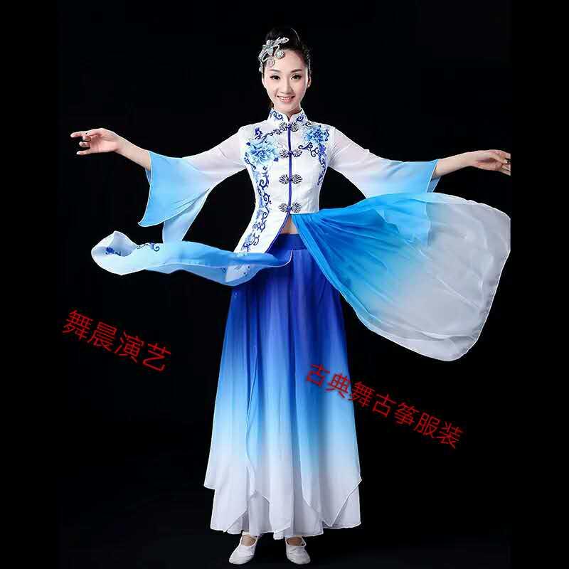 在款式设计上结合了中国古代女子服装的特点,然后再融入了舞蹈服装的