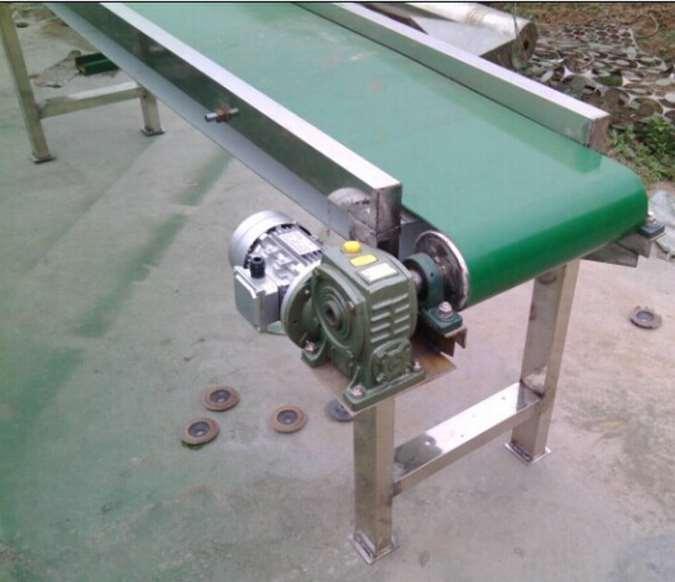 轻型皮带输送机主要特点: 1.皮带的运行速度可以根据生产节拍的需要进行调整。 2.皮带的宽度与长度可以根据需要灵活选用。 3.轻型皮带输送机不仅可以在水平面内输送,还可以在具有一定高度差的倾斜方向上实现倾斜输送。 4.轻型皮带输送机既可以采用单条的皮带输送线,也可以同时采用2条或3条平行的皮带输送线并列输送而共用电机驱动系统;各条输送线的方向既可以相同也可以相反,以将不合格的产品反方向送回。 5.