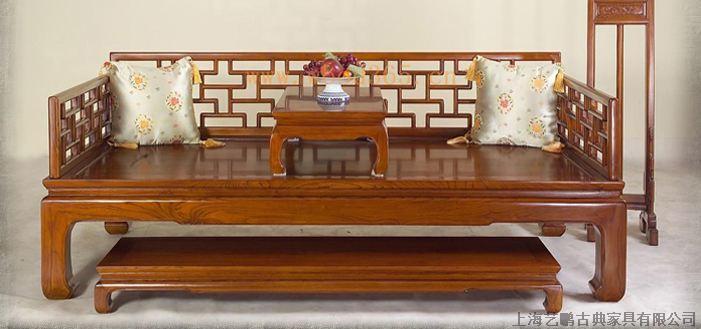 老榆木家具卧室装修原则 卧室是人们休息的主要处所,卧室布置得好坏,直接影响到人们的糊口、工作和学习,所以卧室也是家庭装修的设计重点之一。卧室设计时要注重实用,其次才是装饰。上海艺鹏古典家具有限公司凭借多年的家居卧室装修经验,总结出以下几点老榆木家具装修的原则: 详细应掌握以下原则: 1、要保证私密性   私密性是卧室最重要的属性,它不仅仅是供人休息的场所,仍是夫妻情爱交流的地方,使家中最温馨与浪漫的空间。卧室要安静,隔音要好,可采用吸音性好的装饰材料;门上最好采用不透明的材料完全封锁。有的设计中为了采光好