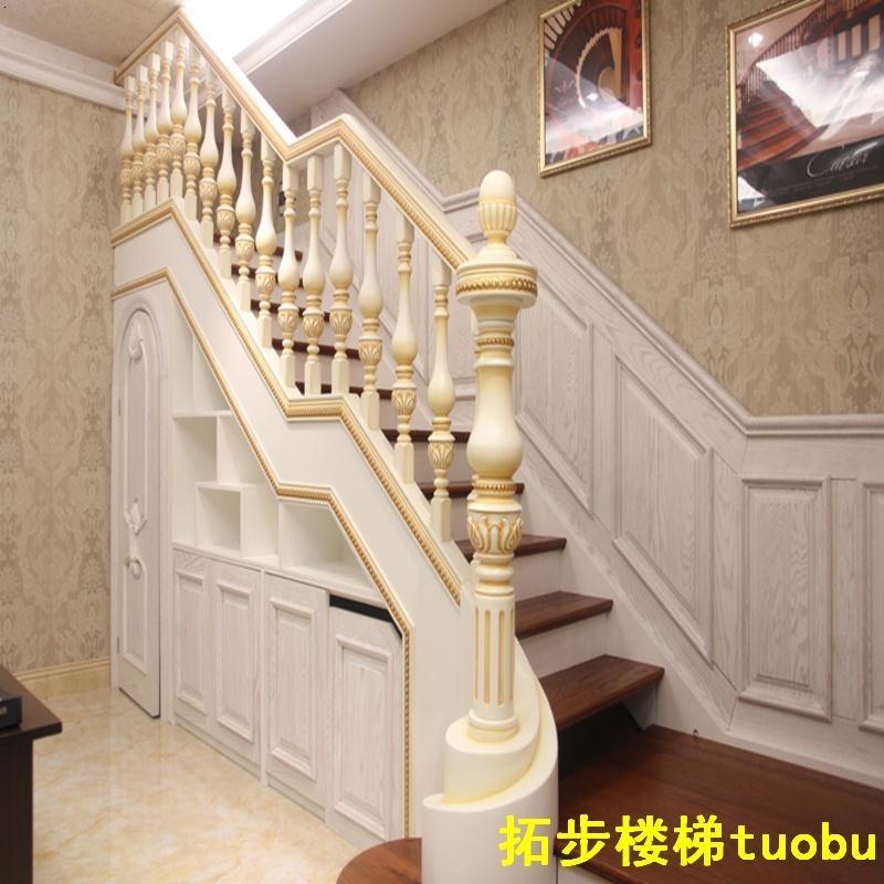 楼梯踏毯的安装与日常清洁实木楼梯测量踏板的尺寸和安装踏毯两侧预留的尺寸,确定好安装位置。 2把楼梯踏毯放在楼梯踏板确定好的安装位置,用手固定住踏毯的前方,撕去PVC龙骨部位的胶带,然后粘贴在楼梯踏板上,用橡皮锤或用手压紧胶带与梯面接触的部位。 3掀起毯面前方,撕去另外两个小胶带,粘紧即可。粘好后请在2小时之内不要随意踩踏胶带处。 青岛楼梯日常清洗方法多 楼梯踏毯无需每日进行清理,但毕竟是频繁踏踩的部位,容易脏污。用过一段时间后,如有异物或浮土吸附于地毯表面,可用吸尘器清理或用略
