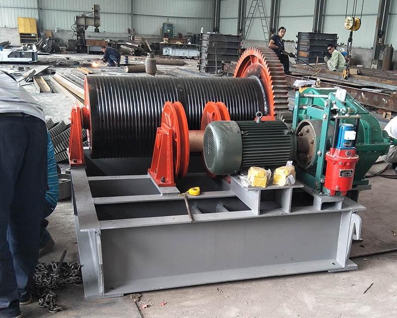 卷扬启闭机主要由闸框和闸板两大部分组成。