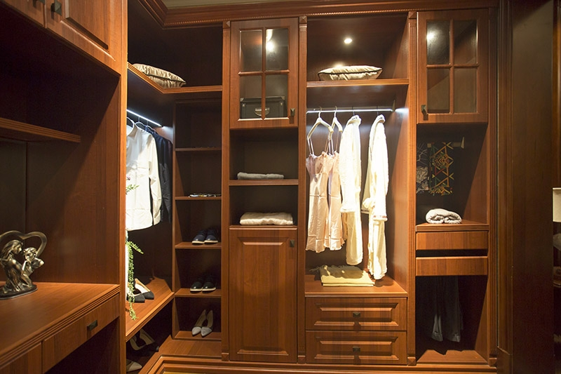 给大家详细地进行各方面比较一下,到底是整体衣柜装门