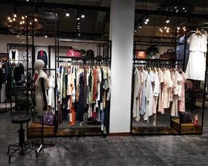 选择好的服装道具是吸引顾客的法宝