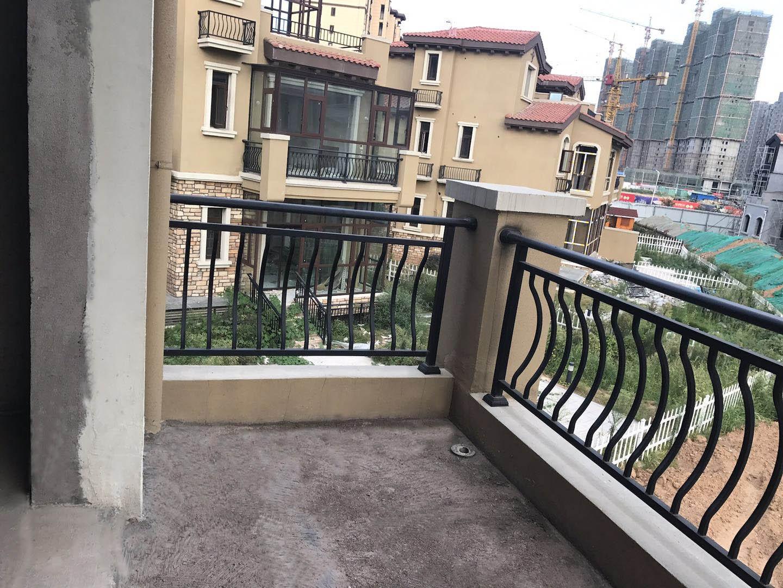 锌钢阳台护栏具有什么特点呢?