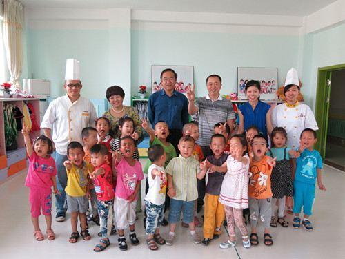 """六一儿童节""""金粮烘焙培训学校""""儿童福利院献爱心"""