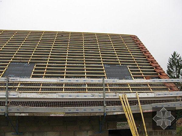 挂瓦条的规格不小于25×25mm,在开放式以及木板铺设屋面上要有油毡