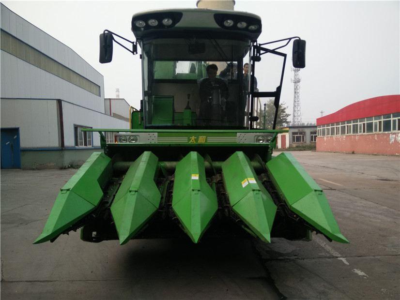 茎穗兼收玉米收割机推动玉米机械化发展图片