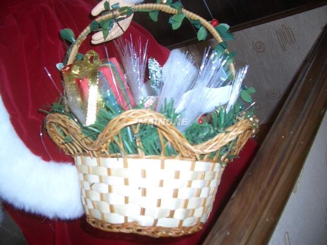 经营范围:(工艺饰品)(玩具配件)(圣诞礼品) 手工艺品藤、芒、竹、草、木、柳、铁编织篮制作,五金工艺配件、五彩塑胶藤手工编织花篮。玩具、 圣诞礼品用各种草帽、胶帽、纸帽、麻布帽、陶瓷玩具娃娃眼镜、陶瓷玩具娃娃支架、陶瓷玩具娃娃袜子。各类自然干花、丝布花、芒花、松果、玉米壳、拉菲草、西班芽草、稻草、麦穗、红高梁、青苔、剑麻丝、金钢藤、土伏藤、蛤蟆藤,藤圈、扫把、小鸟、塑料珠类工艺及手钩纱线类翅膀、花篮、服饰等工艺饰品圣诞礼品辅料。 承接各种手工礼品、精品加工制作 我部一向以重合同、守信用爲經營基準,以價格