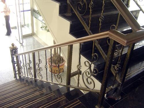 楼梯扶手 其他: 暂无 木扶铁艺