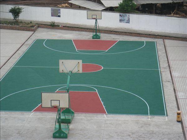 不论是采用木板地面还是合成材料地面,都必须保证运动员在比赛中不