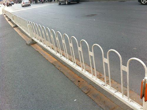护栏系列:广泛适用于城市中央道路隔离,非机动车道路隔离,人行道隔离