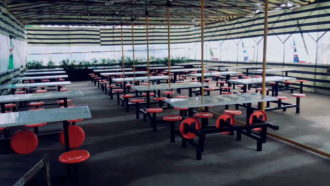 食堂餐桌椅安装现场