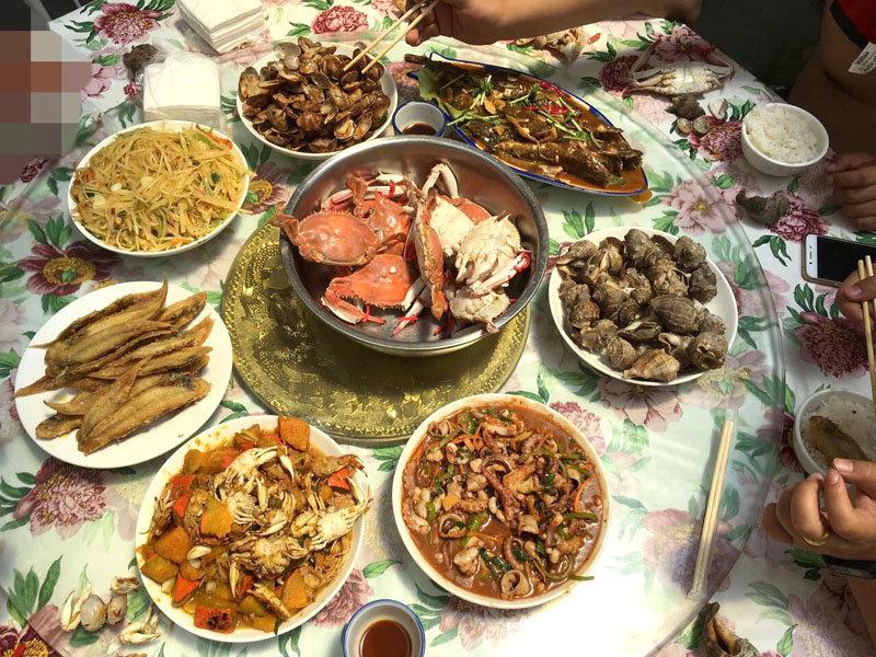 游客可以住在农家,吃饭按人收费,全都是海鲜。