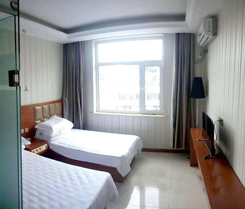 住宿干净卫生,独立的卫生间,空调,淋雨一应俱全,二人房,三人