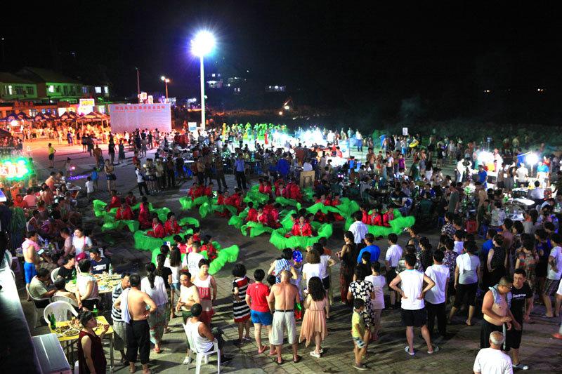 晚上,当地村民为游客也带来一场文化大餐,一场精彩的节目正在上