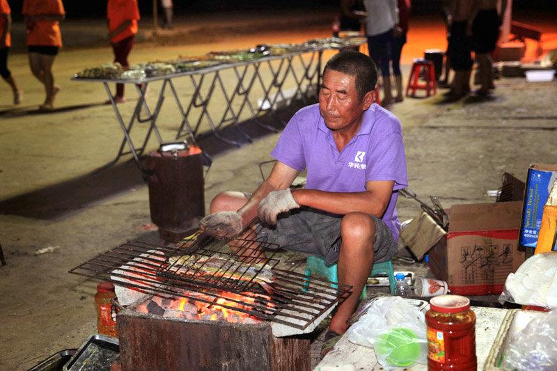 岛上的烤鱼也是一绝。新鲜的海鱼在炭火上慢慢烤熟,滋滋的烤鱼声