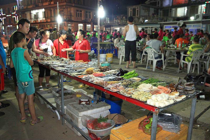 入夜,海鲜大排档是很多游客的选择,吃着烧烤,听着海风,无比惬