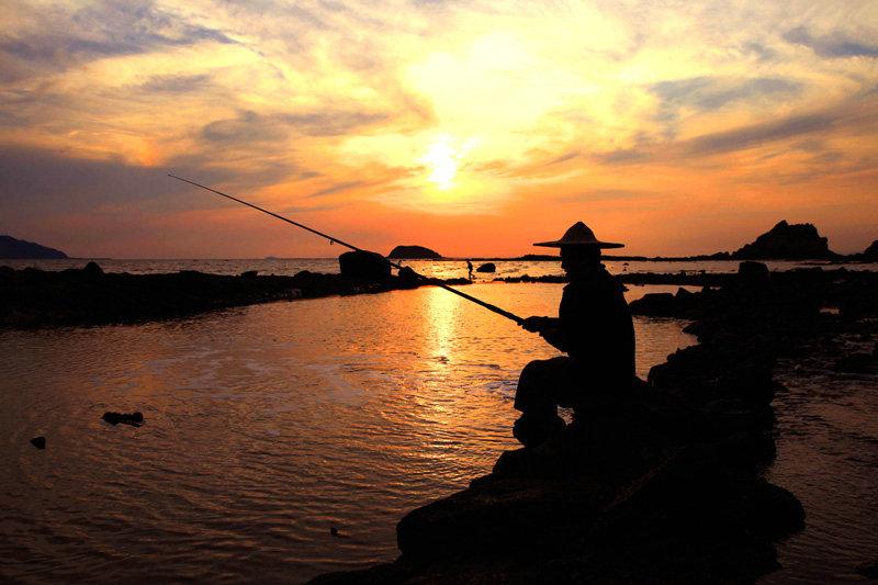 """伴着夕阳,""""垂钓坐盘石,水清心亦闲""""的意境油然而生。"""