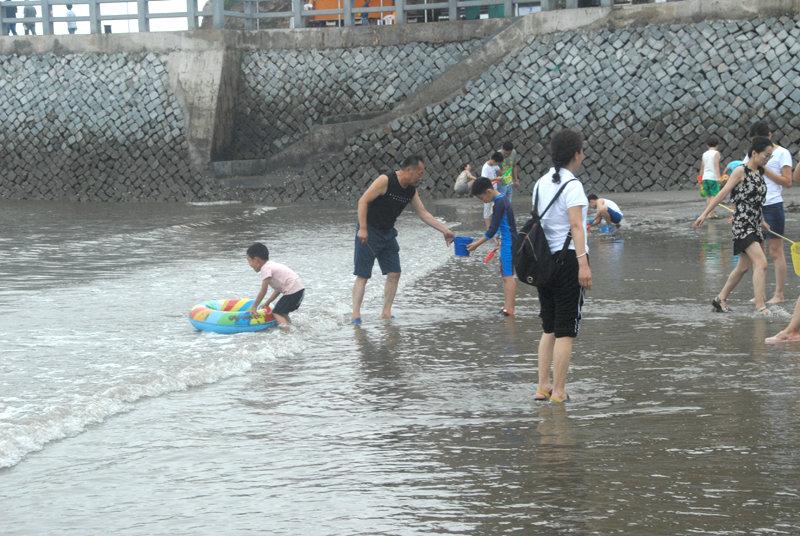 每当退潮时,游人们带着工具纷纷来到海滩,或海猎或嬉戏。