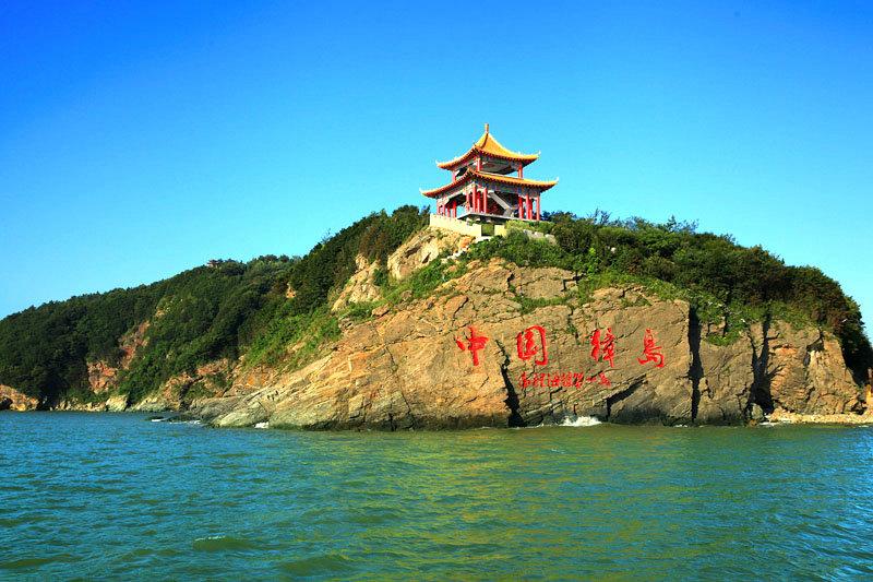 """从游船上看,悬崖上""""中国獐岛""""几个大字与周围景色浑然天成。"""