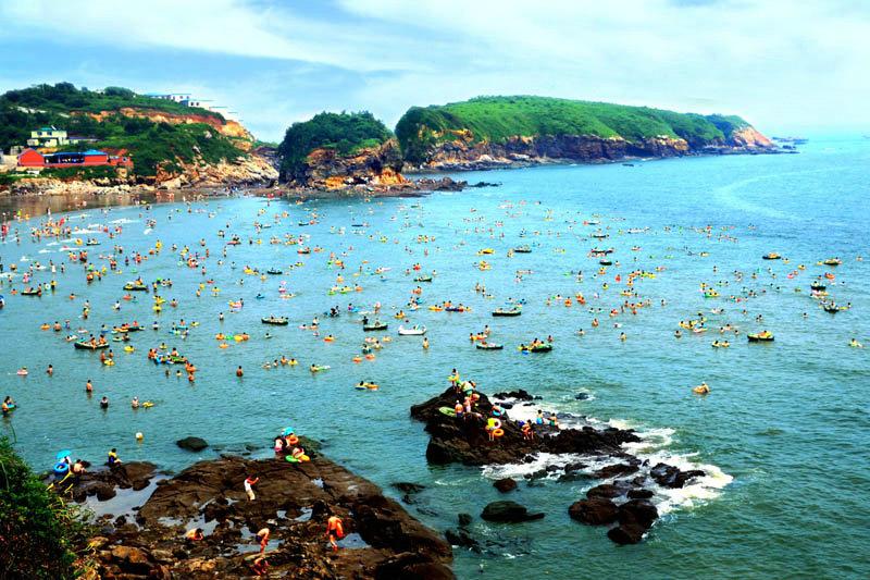 浴场滩面平坦,滩沙细腻无海底礁石,是天然海水浴场,每年都有大量游人来此尽情享受大自然的恩赐。