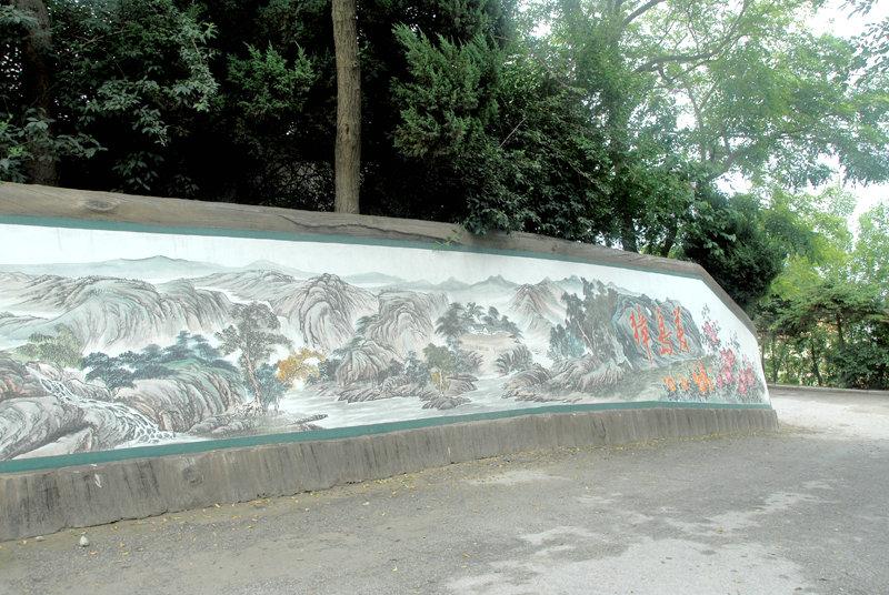 岛上道路两边的彩色壁画,也是獐岛一景,有美丽传说、人文历史、