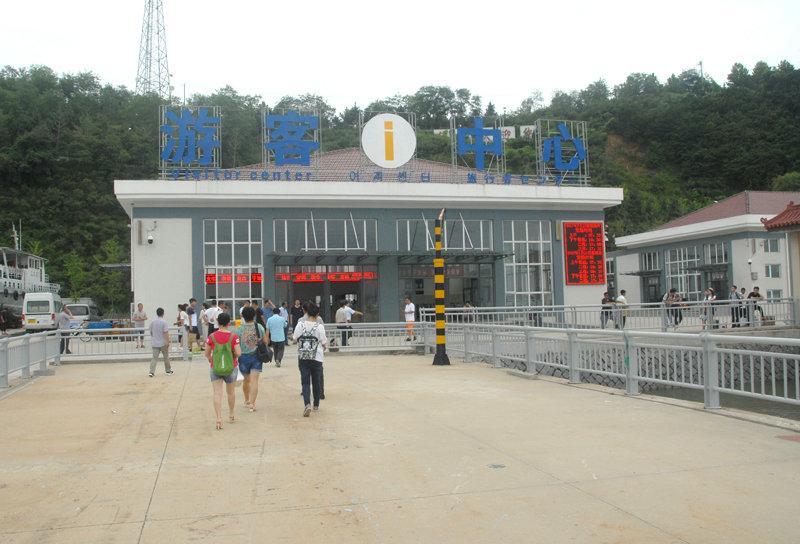 现代化的游客中心,每天有艘客船运送游客。电子大屏幕显示每天发