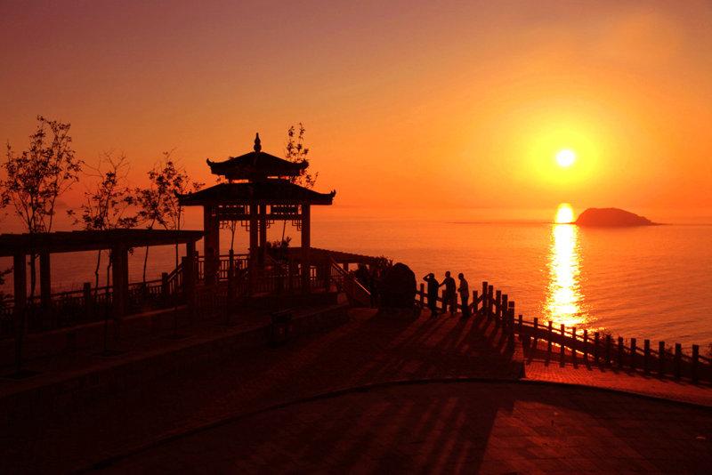 """大旺亭,如送走最后一缕阳光的""""美人"""",风姿绰约地站在崖边挥手"""