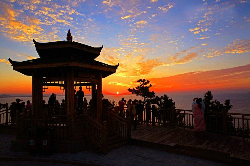 在獐岛,大运亭总是最先迎来第一缕阳光,这里的观赏海上日出的最