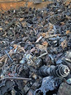 唐山生铁破碎机现场破碎料-天旺隆液压设备