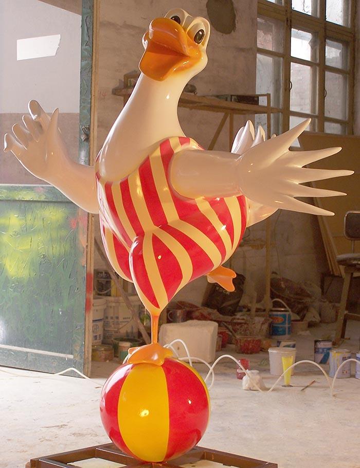 杂耍的鸡玻璃钢雕塑