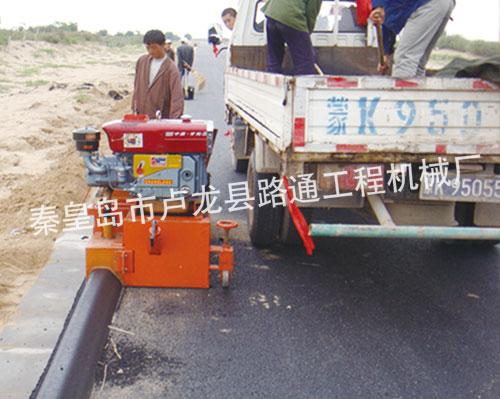 沥青砂拦水带作业