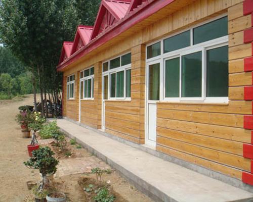 岸边小木屋