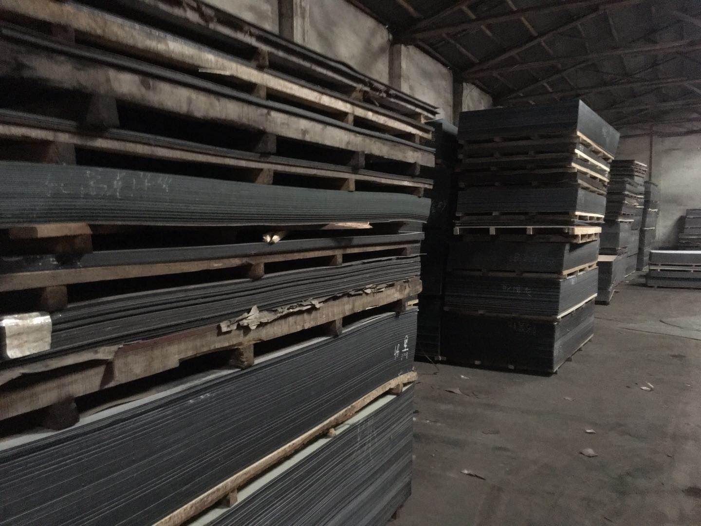 整齐放置铝塑板的仓库